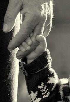 В метро обратил внимание на мужчину с ребенком. Ребенок был нездоров.