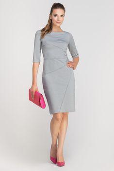 Dopasowana do sylwetki sukienka z ciekawymi, ukośnymi przeszyciami. Rękaw długości ¾ pięknie eksponuje przedramiona. Sukienka do pracy i na randkę – zmieni swój charakter w zależności od dodatków, z którymi ją zestawisz. Zapinana z tyłu na suwak. Learn To Sew, Learn Sewing, Dressing, Dresses For Work, Formal Dresses, Glamour, My Wardrobe, Fashion Outfits, My Style
