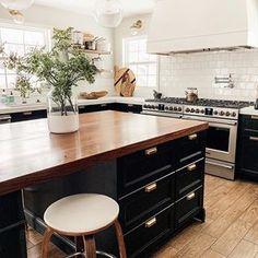 44 Inspiring Design Ideas for Modern Kitchen Cabinets - The Trending House New Kitchen, Kitchen Dining, Kitchen Decor, Kitchen Cabinets, Awesome Kitchen, Kitchen Ideas, Kitchen Planning, Kitchen Images, Cheap Kitchen