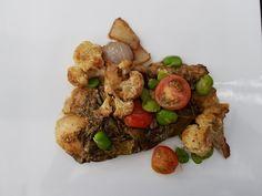 pescado horneado con hojas de parra habas y eneldo