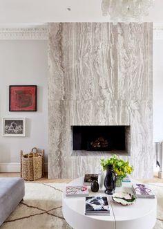 Камин в интерьере оформленный под мрамор