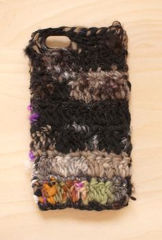 手つむぎの毛糸を使ったiPhoneケースです。 販売中の見習い魔女の魔法陣という糸を使って編みました。 キッドモヘア入りで手触りもつるつるふわふわです。いろん...|ハンドメイド、手作り、手仕事品の通販・販売・購入ならCreema。