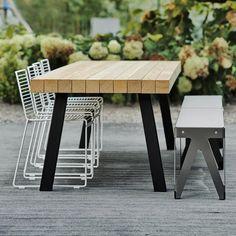 Buiten zitten zodra het kan. Maar de tafel staat er het hele jaar. Geen probleem met massief houten zoals Bilinga. We maken veel van onze binnentafels ook voor buiten. Met een extra coating op het frame en een duurzame houtsoort die zachtjes vergrijsd. www.houtmerk.nl