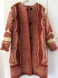 Handmade dekenjas gemaakt van een donkerrood/beige  vintage