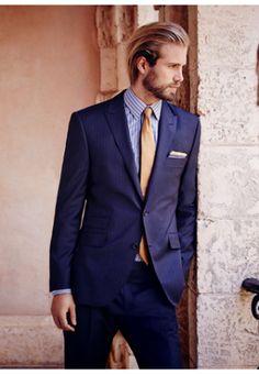 シャツやネクタイの色で遊んで。メンズ 紺色スーツの着こなし例