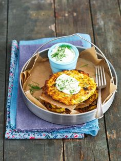 Gelbe Zucchini-Reibekuchen | http://eatsmarter.de/rezepte/gelbe-zucchini-reibekuchen