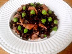 Risoto de arroz negro com salmão defumado e ervilhasfrescas