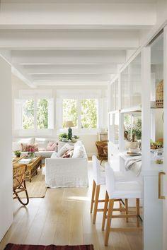 029 DSC6879. Barra de la cocina con dos taburetes junto al salón con sofás blancos_ 029 DSC6879