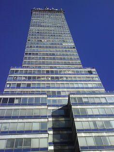 Uno de los íconos más importantes de nuestra ciudad y principalmente de los años 50's, es sin duda, la Torre Latinoamericana. Y cuando la veo no puedo evitar pensar en la vida citadina de aquellos ...