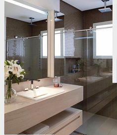 Um dos meus banheiros preferidos de todos os tempos!! Adoro tudo nesse banheiro a pastilha marrom o mármore clarinho os espelhos Inspiração belíssima do @arquiteturadecoracao . . . Acompanhem nossos projetos no @depaulaenobrega