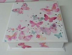 O primeiro artesanato a gente nunca esquece! #mdf #decoupage Caixa em MDF, decorada, tamanho 16,5 * 16,5 * 3,20. Valor unitário R$20,00.