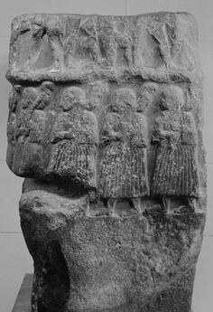 Stèle de victoire de Sargon, roi d'Akkad  Epoque d'Akkad, vers 2300 avant J.-C.  Diorite  H. : 91 cm. ; L. : 66 cm. ; Pr. : 47 cm.    Apportée à Suse, Iran, en butin de guerre au XIIe siècle avant J.-C.