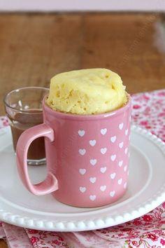 Mug cake au Kinder. Pour 2 mug cakes, il vous faut : - 4 barres de Kinder maxi - 3 cuillères à soupe de crème liquide - 30 g de beurre doux ou demi-sel selon votre goût - 1 oeuf moyen - 40 g de sucre en poudre - 1 sachet de sucre vanillé - 20 g de fromage blanc - 50 g de farine (T55 pour moi) - 1/2 cuillère à café de levure chimique