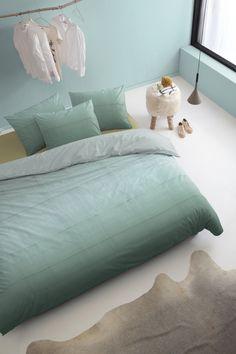 Minimalistische slaapkamer met pastel groen en wit #pastel #white