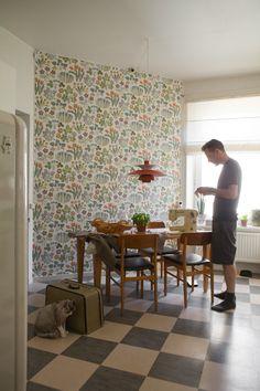 Wall paper floral josef frank 61 new Ideas Josef Frank, Mid Century Design, Kitchen Flooring, Kitchen Design, Nice Kitchen, Home Bedroom, Decoration, Interior Inspiration, Home Kitchens
