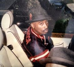 22 years ago today o 22 years ago today on March 15 1996 Tupac and Suge Knight arrive in Las Vegas for the Mike Tyson vs. match that they 2pac, Tupac Shakur, Tupac Photos, Tupac Pictures, Tupac Wallpaper, Suge Knight, Tupac Makaveli, Hip Hop Art, American Rappers