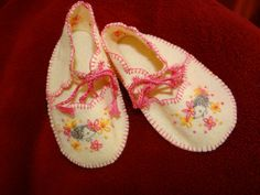 Hedgehog and Daisies Embroidered Felt Baby Shoes by dragonbees on etsy, $17.00