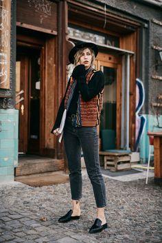 Kolumne: Zeit schenken. Fashion Blog from Germany. Black bell sleeves sweater+grey girlfriend cropped jeans+black slippers+black hat+black belt+printed knit vest. Spring Casual Outfit 2017