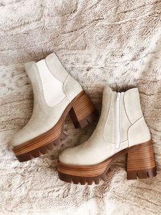 Women's Fashion Tips .Women's Fashion Tips Sock Shoes, Cute Shoes, Me Too Shoes, 70s Shoes, Shoes Sneakers, Shoes Heels, Look Fashion, Fashion Shoes, Womens Fashion