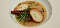 Krémová hrachová polévka s máslovým hráškem a krutóny Hummus, Tv, Ethnic Recipes, Food, Eten, Meals, Television Set, Television, Tvs