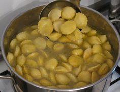 """Gli anolini in brodo sono un piatto tipico del piacentino. E' una pasta all'uovo con un ripieno di carne e formaggio, cotta nel brodo """"in terza"""", fatto cioè con tre diversi tipi di carne. Ottimi, soprattutto quando fuori nevica...."""