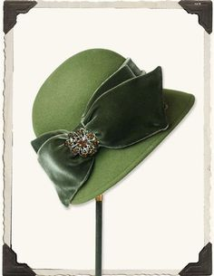 My style, totally. A green wool cloche with wide velvet bow. From the Victorian Trading Co. Image Mode, Vintage Outfits, Vintage Fashion, Fashion 1920s, Victorian Fashion, Fashion Fashion, Romantic Outfit, Hat Boxes, Love Hat