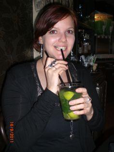 Mirli freut sich über Absinth-Cocktail in Prag Cocktail, Fashion, Photos, Prague, Moda, Fasion, Slurpee, Trendy Fashion, La Mode