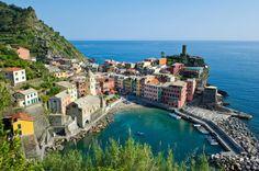VERNAZZA, ITALIA Vernazza, situada na região de Cinque Terre, possui não apenas uma vista maravilhosa, como também é um paraíso para quem gosta de pescar. É conhecida como uma das autênticas vilas de pescadores da Riviera Italiana.