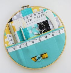 DIY sewing kit out of an embroidery hoop. Might be cute to hold other things too (makeup brushes, nail clippers and tweezers, etc. Sewing Hacks, Sewing Tutorials, Sewing Crafts, Sewing Projects, Sewing Patterns, Scrap Fabric Projects, Diy Projects, Felt Patterns, Fabric Gifts