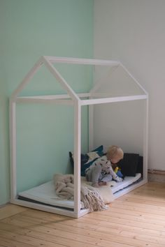 Build your own house bed Building instructions for a children& floor bed - We have built the perfect house bed for children. Here you will find the building instructions for - Bedding Master Bedroom, Queen Bedding, Master Bedrooms, Mid Century Modern Bed, Kids Bed Canopy, Yellow Bedding, Bedroom Yellow, Simple Bed, Bedroom Night Stands