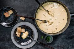 Fondue aux bolets - Recette | fooby.ch Bolet, Cheese, Eat, Ethnic Recipes, Desserts, Food, Melted Cheese, Kitchen Workshop, Fondue Recipes