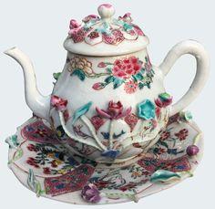Théière à décor moulé en porcelaine de Chine de la Compagnie des Indes d'époque Yongzheng. Théière peinte dans les émaux de la famille rose, à décor moulé et appliqué, le présentoir avec des réserves comprenant des animaux comme des grues, coqs, oiseaux.