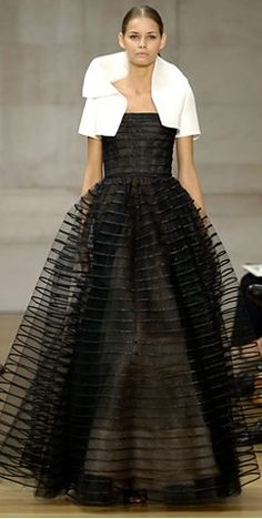 Oscar De La Renta... When again in my life will I have the opportunity to wear a ball gown? I'd wear this.
