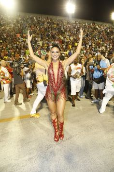 Paloma Bernardi entrou na avenida da Marquês de Sapucaí com um superdecote que engrandeceu ainda mais a passagem da nova rainha de bateria da Grande Rio