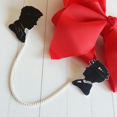 Mary Poppins and Bert inspirerd sweaterguard or collarguard. Chain can be removed to use as 2 seperate pins. Really classy item and perfect for Disneybounds!