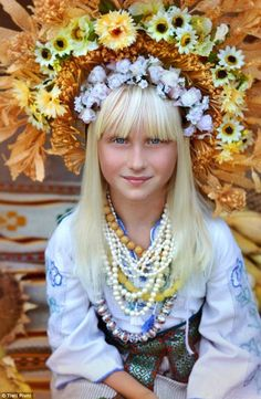 All Slavic traditions and folk traditions include flowers especially during Kupala and Noc Kupala, but Ukraine exceeds them all in the abundant uses of flowers and symbolic flowers. The Ukrainian W… We Are The World, People Of The World, Eslava, Foto Fantasy, Floral Headdress, Foto Portrait, Ukraine Women, Folk Fashion, Portraits