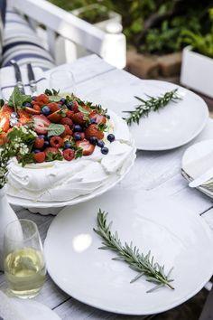 A festive pavlova for your table. Australian Pavlova Recipe, Australian Desserts, Lemon Curd Pavlova, Strawberry Pavlova, Pavlova Toppings, Christmas Pavlova, Chocolate Pavlova, Toffee Bark