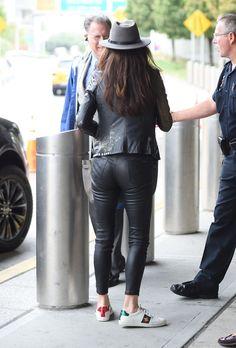 Catherine Zeta-Jones seen at JFK airport Apple Shape Fashion, Chill Style, Catherine Zeta Jones, Sexy Latex, Jfk, Attitude, Leather Pants, Sporty, Actresses