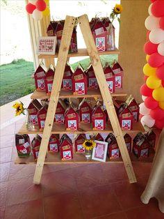 Escalera con las cajitas de dulces personalizadas. La granja de animales. Detalles personalizadas. Mi Fiestin.