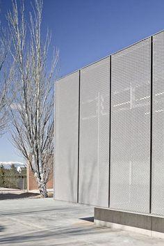 Roses IES Cap Norfeu Extension / Javier de las Heras Solé + Bosch Tarrús Arquitectes - expanded metal mesh facade: