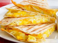 Omletă Quesadilla | Retete culinare - Romanesti si din Bucataria internationala Snack Recipes, Cooking Recipes, Snacks, Sandwiches, Tasty, Yummy Food, Huevos Rancheros, Quesadilla, Cheddar