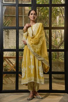 Pakistani Fashion Casual, Pakistani Dress Design, Pakistani Outfits, Indian Outfits, Indian Fashion, Indian Clothes, Women's Fashion, Anita Dongre, Embroidery Suits Design