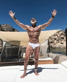 The VERY fit older men who prove that age is just a number - Showcasing his buff physique, which is scattered with tattoos, the likes nothing better - Silver Foxes Men, Handsome Older Men, Men Over 50, Senior Fitness, Fitness Life, Fitness Goals, Hommes Sexy, Mature Men, Male Physique