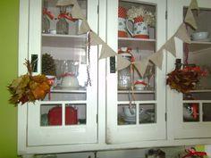 kredenc plná listí