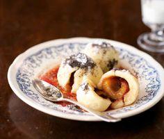 švestkové knedlíky - Czech plum dumplings. Oh I want these so much. A yummy treat for summer time Plum Dumplings, Eastern European Recipes, Czech Recipes, Oatmeal, Vegetarian, Sweets, Breakfast, European Countries, Czech Republic