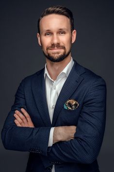 Business photography Photography Poses For Men, Photography Business, Portrait Photography, Business Portrait, Business Photos, Corporate Headshots, Male Poses, Men's Collection, Photo Studio