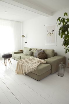 Olive green is just so beatiful in a livingroom. Look at this couch, pure love! #olive #green #couch