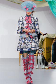 Meadham Kirchhoff Spring 2013 Ready-to-Wear Fashion Show - Grace Anderson Oscar Fashion, Nyc Fashion, Dark Fashion, Runway Fashion, High Fashion, Fashion Show, Fashion Outfits, Fashion Design, Fashion Trends