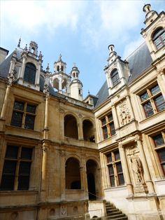 #Hôtel d'#Escoville, #Caen. Construit sur la place Saint-Pierre, dans les années 1530 et reconstruit après la Seconde Guerre mondiale #Calvados #Normandie