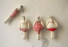 Ensemble de quatre, ornement de Textile, nageurs en maillots de bain rouge, main peinte Soft Sculpture, décoration murale, Summer Decor, Nautical